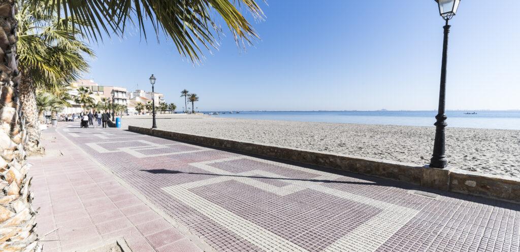 Los Alcázares med dess breda boardwalk och vackra strand
