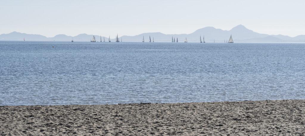 Segling i Mar Menor, havet utan vågor